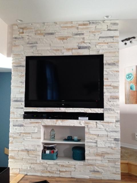 Mur de briques avec t l vision encastr e - Mur pour televisie ...
